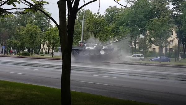 Танк врезался в столб на репетиции парада в Минске - Sputnik Таджикистан