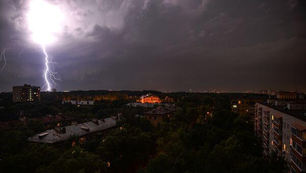 Ливень и штормовой ветер в Москве - Sputnik Таджикистан