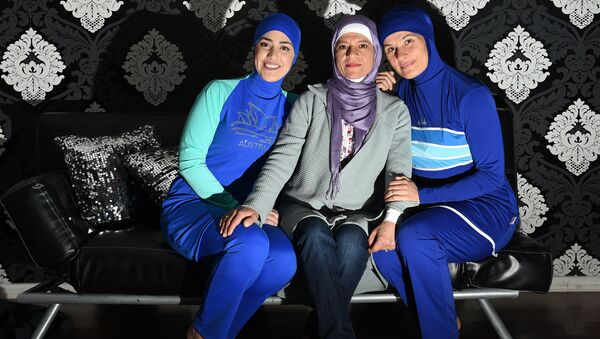 Девушки одетые в буркини, архивное фото - Sputnik Таджикистан