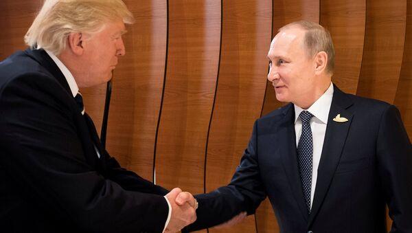 Первое рукопожатие Владимира Путина и Дональда Трампа - Sputnik Таджикистан