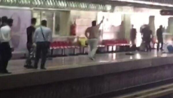 Мужчина с ножом ранил пять человек в метро Тегерана. Кадры очевидцев - Sputnik Тоҷикистон