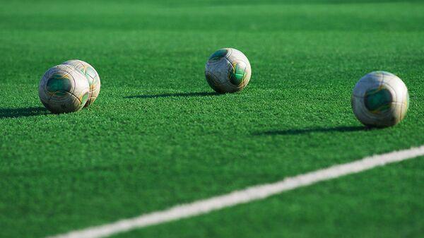 Футбольные мячи на поле, архивное фото - Sputnik Таджикистан