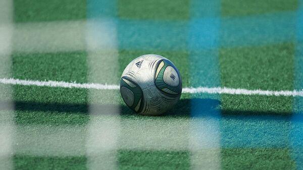Футбольный мячь на поле, архивное фото - Sputnik Тоҷикистон