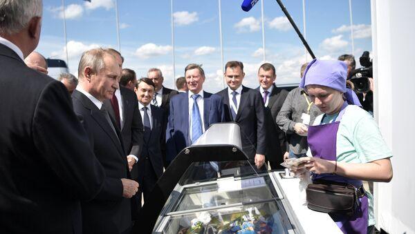Президент РФ В. Путин посетил Международный авиасалон МАКС-2017 в подмосковном Жуковском - Sputnik Тоҷикистон