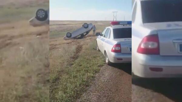 Автомобиль перевернулся из-за нашествия саранчи - Sputnik Таджикистан