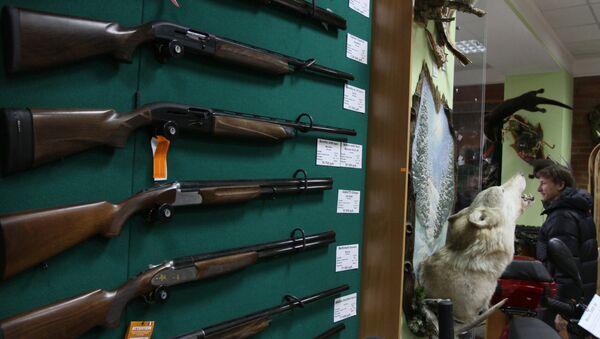 Образцы оружия на витрине оружейного магазина, архивное фото - Sputnik Таджикистан