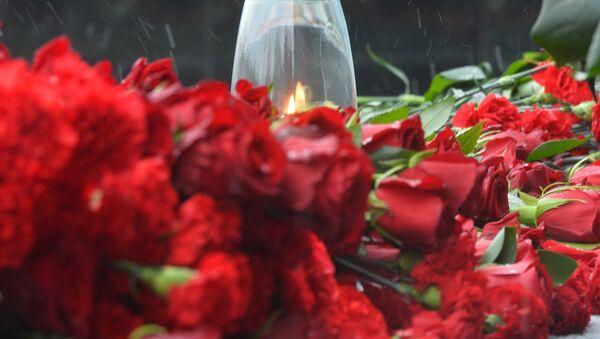 Цветы и памятные свечи, архивное фото - Sputnik Тоҷикистон