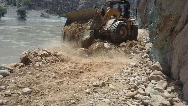 Восстановление дороги после оползня в Дарвазе, архивное фото - Sputnik Тоҷикистон