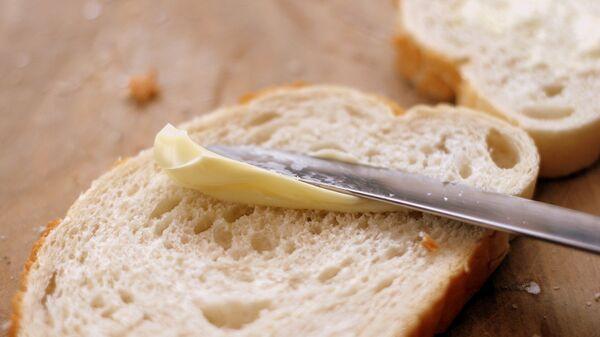 Хлеб с маслом, архивное фото - Sputnik Таджикистан