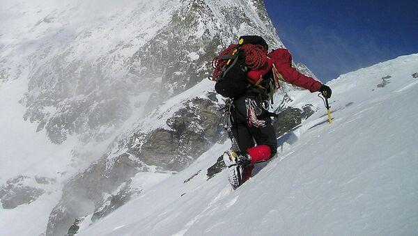Альпинист при восхождении на гору, архивное фото - Sputnik Таджикистан