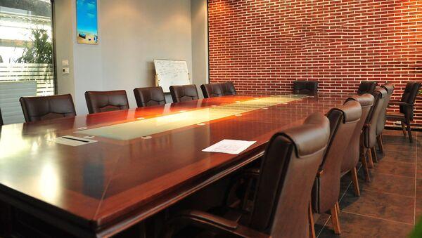 Переговорный стол в кабинете, архивное фото - Sputnik Таджикистан