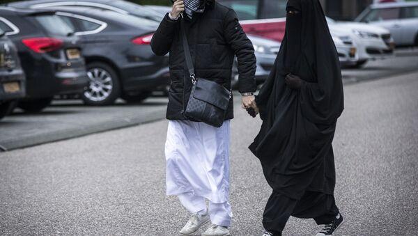 Женщина в хиджабе с мужчиной, архивное фото - Sputnik Тоҷикистон