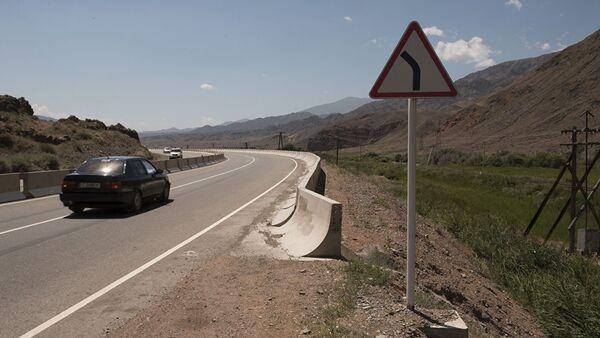 Дорожный знак возле дороги Бишкек–Иссык-Куль, архивное фото - Sputnik Таджикистан
