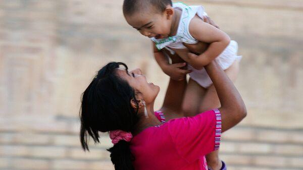 Молодая узбекская мама с ребёнком, архивное фото - Sputnik Таджикистан
