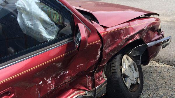 Поврежденный в результате ДТП автомобиль, архивное фото - Sputnik Тоҷикистон