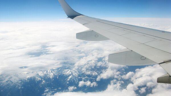 Вид из иллюминатора пассажирского самолета, архивное фото - Sputnik Таджикистан