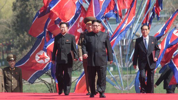 Глава КНДР Ким Чен Ын (в центре), архивное фото - Sputnik Таджикистан
