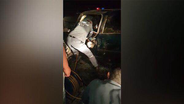 Пострадавшего не могли вытащить из искореженной машины — кадры с места ДТП - Sputnik Таджикистан
