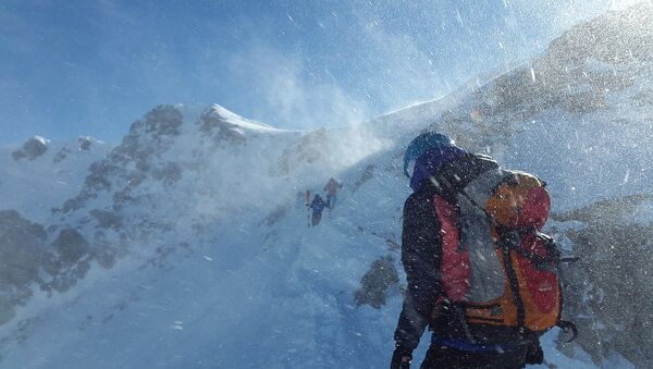 Альпинист на горе, архивное фото - Sputnik Таджикистан