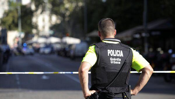 Полицейский на месте теракта в Барселоне - Sputnik Тоҷикистон