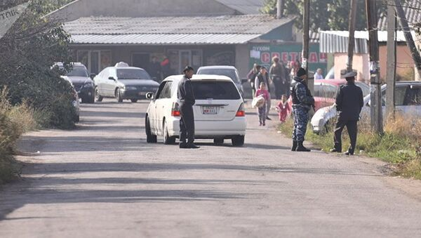 Сотрудники МВД проверяют автомашины на дороге в Дордое, архивное фото - Sputnik Таджикистан