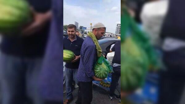 Таджикская диаспора накормила застрявших в Домодедово паломников - Sputnik Таджикистан