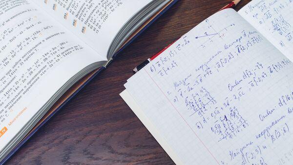 Учебник и тетрадка, архивное фото - Sputnik Тоҷикистон