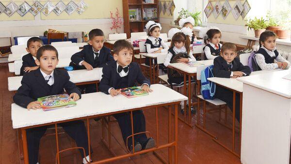 Первоклассники в школе №16 города Душанбе - Sputnik Таджикистан