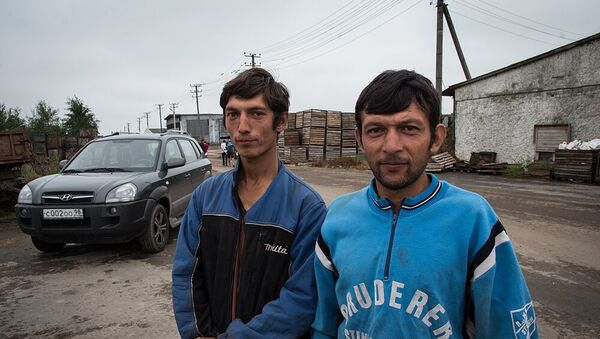 Таджикские мигранты Сераждин и Шавкатжон (слева направо) - Sputnik Таджикистан