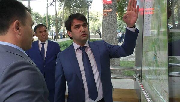 Рустам Эмомали на открытии новой автобусной остановки, архивное фото - Sputnik Таджикистан