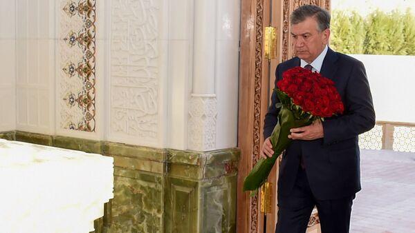 Шавкат Мирзиёев возложил цветы к могиле Ислама Каримова - Sputnik Тоҷикистон