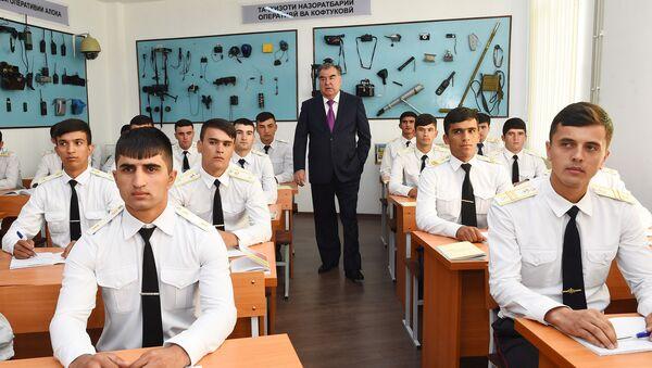 Президент РТ провел урок мира для его защитников, в Академии МВД - Sputnik Тоҷикистон