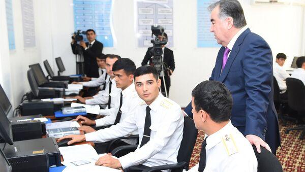 Президент РТ Эмомали Рахмон провел урок мира для защитников в Академии МВД - Sputnik Таджикистан
