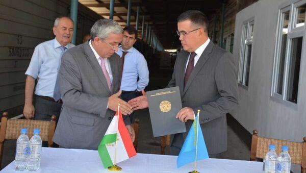 Посол Казахстана в Таджикистане Нурлан Сейтимов принял участие в церемонии официальной передачи гуманитарной помощи РК таджикской стороне. - Sputnik Тоҷикистон