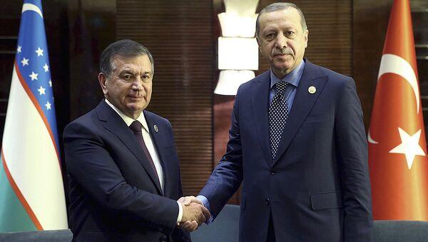 Президент Турции Реджеп Тайип Эрдоган (справа) и президент Узбекистана Шавкат Мирзиёев - Sputnik Таджикистан
