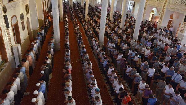 Утренняя молитва в мечети в городе Душанбе - Sputnik Тоҷикистон