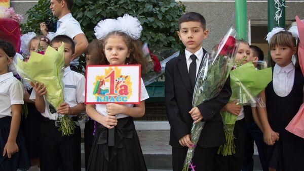 Школьники на 1 сентября в Душанбе - Sputnik Таджикистан