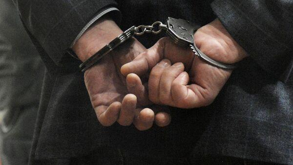 Руки задержаного в наручниках, архивное фото - Sputnik Таджикистан