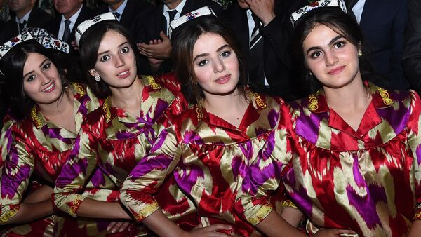 Таджикские девушки на праздновании дня независимости Таджикистана в Душанбе - Sputnik Тоҷикистон
