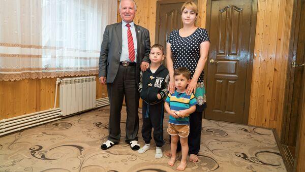 Рахмон Джураев с внуками - Sputnik Таджикистан