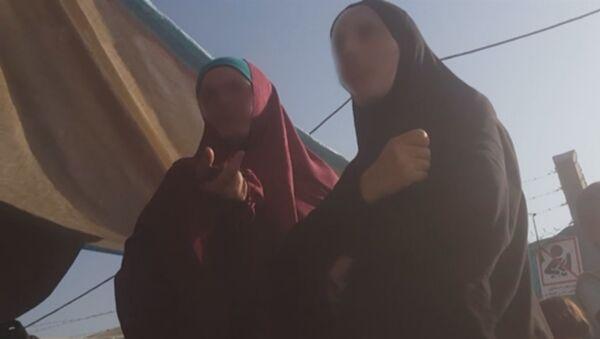 Скриншот видео съемочной группы Russia Today, посетившей лагерь в Ираке с женами боевиков ИГИЛ - Sputnik Тоҷикистон