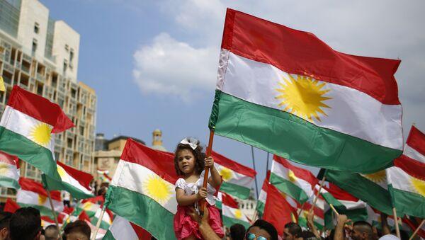 Мужчина держит девочку вместе с Курдским флагом, архивное фото - Sputnik Тоҷикистон