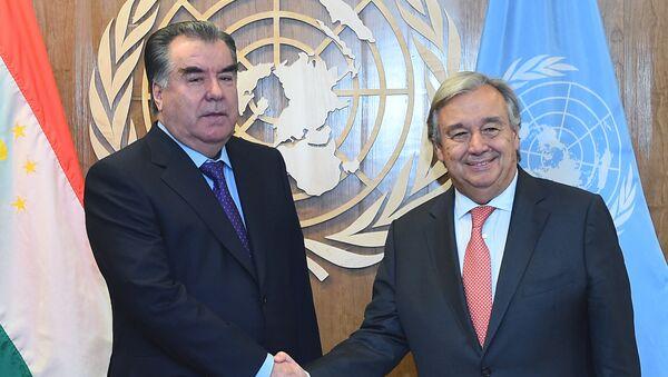 Президент РТ Эмомали Рахмон и Генеральный секретарь ООН Антониу Гутерреш на 72-й сессии Генеральной ассамблеи ООН в Нью-Йорке - Sputnik Таджикистан