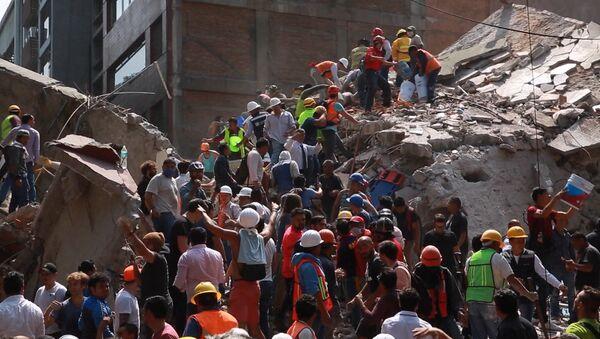 Спасательные работы на месте обрушившихся из-за землетрясения зданий в Мексике - Sputnik Таджикистан