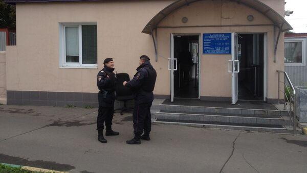 Полицейские у входа в больницу где лежит пострадавший в драке таджик  в ТЦ Москва - Sputnik Тоҷикистон