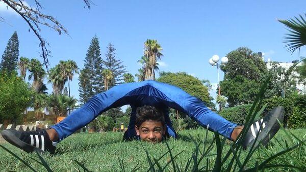 12-летний палестинец-акробат тренируется для рекорда Гиннеса по передвижению перекатом - Sputnik Тоҷикистон