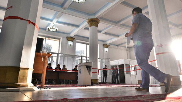 Кыргызстанец идет в сторону урны на избирательном участке во время выборов. Архивное фото - Sputnik Таджикистан