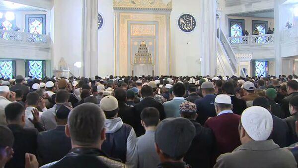 Мусульмане Москвы приняли участие в праздничном намазе Курбан-Байрам в центральной соборной мечети - Sputnik Таджикистан