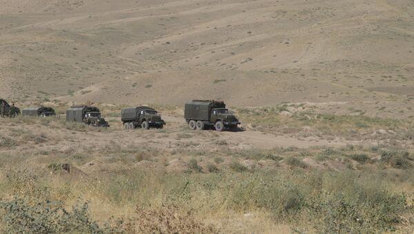 Военные автомобилисты прошли курс экстремального вождения на горных серпантинах Таджикистана - Sputnik Таджикистан