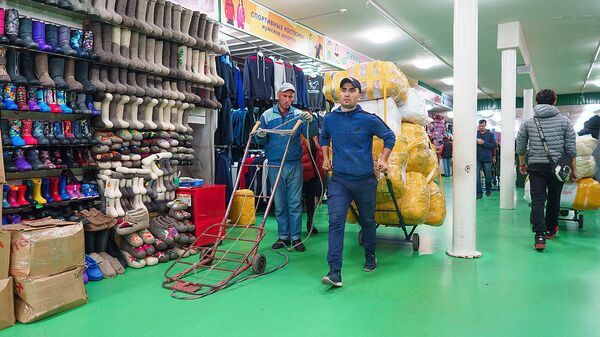 Грузчики в торгово-ярмарочном комплексе Москва - Sputnik Таджикистан